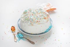 De zoete cake met blauw, geel, rood en wit bestrooit Stock Afbeeldingen