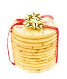 De zoete die Kerstmiskoekjes met rood lint worden gebonden solated op witte B Royalty-vrije Stock Foto's