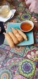 De zoete en kruidige onderdompelende saus met garnalen in tempurabeslag braadde - restaurant in timisoara Roemenië royalty-vrije stock afbeelding