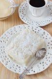 De zoete kouskous (tapioca) pudding (cuscuz doce) met kokosnoot, bedriegt Royalty-vrije Stock Foto