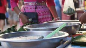 De zoete lokale delicatesse van Mae Hong Son maakte van kokosmelk en bruine suiker die bij een markt worden verkocht en wordt ged