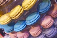 De zoete Makarons maken Trillende Kleuren en smakelijke snack in het Eilandmarkt van Vancouvers Grandville Stock Foto's