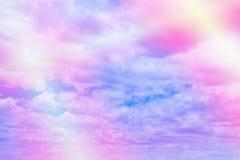 De zoete pastelkleur kleurde wolk en hemel met zon licht, zacht bewolkt w stock afbeelding