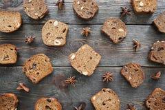 De zoete plakken van het roggebrood op houten vlakke lijst, leggen Stock Fotografie