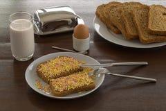 De zoete toost en het suikergoed bestrooien Nederlands Ontbijt Stock Afbeelding