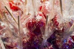 De zoete verglaasde rode appelen van het toffeesuikergoed op stokken voor verkoop op farme royalty-vrije stock fotografie