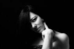 De zoete zwarte achtergrond van de vrouwenglamour Royalty-vrije Stock Afbeeldingen