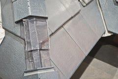 De zolderisolatie is geïnstalleerd huis stock fotografie