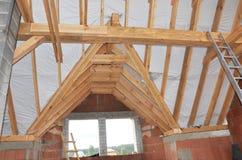De zoldervenster en dakwerkbundelsbouw met woden stralen en waterdicht makend membraan stock foto