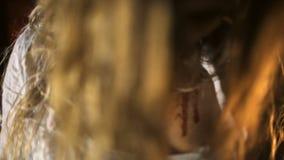 De zombie gaat naar de camera stock video