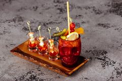 De Zombiecocktail van vruchtensappen, likeuren, en diverse rum wordt gemaakt die royalty-vrije stock fotografie