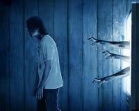 De zombiehand komt uit uit televisie Stock Fotografie