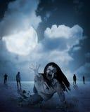 De zombievrouw komt uit uit grond onder volle maan Royalty-vrije Stock Afbeeldingen