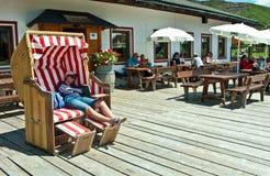 De zomer in Alpen, zonnig terras Stock Foto