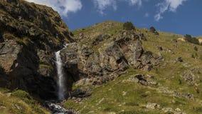 De zomer in de bergen van de Kaukasus Vorming en beweging van wolken over bergenpieken stock video