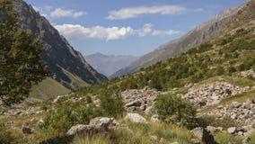 De zomer in de bergen van de Kaukasus Vorming en beweging van wolken over bergenpieken stock videobeelden