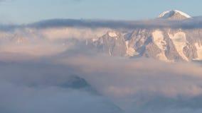 De zomer in de bergen van de Kaukasus Vorming en beweging van wolken over bergpieken stock footage