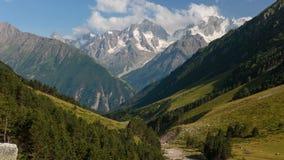 De zomer in de bergen van de Kaukasus Vorming en beweging van wolken over bergpieken stock video