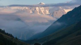 De zomer in de bergen van de Kaukasus Vorming en beweging van wolken over bergpieken stock videobeelden