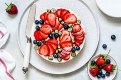 De zomer Berry No Bake Cheesecake stock foto