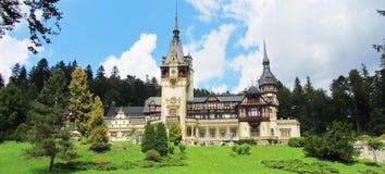 De zomer bij Peles-Kasteel in Sinaia Roemenië royalty-vrije stock foto