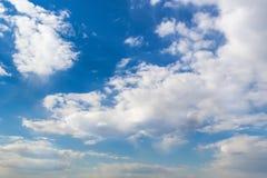 De zomer blauwe hemel met dikke wolken Royalty-vrije Stock Afbeelding