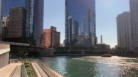 De zomer in Chicago met inbegrip van riverwalk vrije tijd, forenzen, watertaxi, de trein van Gr stock videobeelden