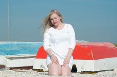 De zomer, de boot Vrouw Royalty-vrije Stock Fotografie