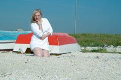 De zomer, de boot Vrouw Stock Foto's
