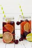 De zomer die eigengemaakte limonade met kers en kalk verfrissen Royalty-vrije Stock Fotografie