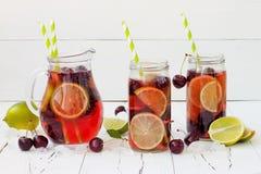 De zomer die eigengemaakte limonade met kers en kalk verfrissen Stock Fotografie