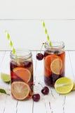 De zomer die eigengemaakte limonade met kers en kalk verfrissen Stock Foto's