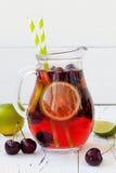 De zomer die eigengemaakte limonade met kers en kalk verfrissen Stock Afbeelding
