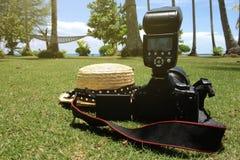 De zomer die met camera en strohoed reizen Stock Afbeeldingen