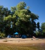 De zomer die op de rivier tijdens de vakantie kamperen Stock Afbeelding