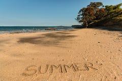 De zomer die in zand wordt geschreven Stock Afbeeldingen