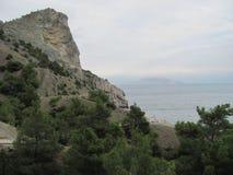 De zomer donker zeegezicht in de Krim Stenen en rotsen door het overzees Royalty-vrije Stock Afbeeldingen