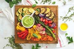 De zomer geroosterde groenten op houten raad, mening van hierboven Stock Afbeeldingen