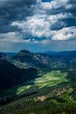 De zomer groene vallei in Rocky Mountains Rocky Mountain National Park, Colorado, Verenigde Staten stock afbeelding
