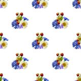 De zomer helder naadloos patroon van aardbeien en een boeket van wilde bloemen stock illustratie