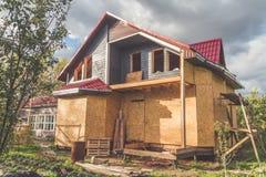 De zomer het kaderblokhuis op de stapelbasis en een dak van royalty-vrije stock fotografie