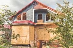 De zomer het kaderblokhuis op de stapelbasis en een dak van stock foto's
