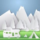De zomer het kamperen document besnoeiingsstijl Concept met berg, bomen, mensen bij een picknick Vector illustratie Stock Foto