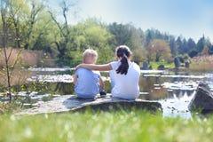 De zomer het ontspannen door het water Stock Afbeeldingen