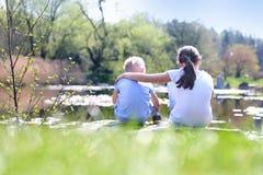 De zomer het ontspannen door het water Royalty-vrije Stock Foto's