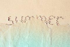 De zomer in het overzeese zand wordt geschreven dat Royalty-vrije Stock Foto's