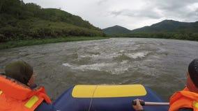 De zomer het rafting op het Schiereiland van Kamchatka in somber bewolkt weer stock video