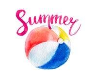 De zomer het van letters voorzien en de bal van het waterverfstrand, op wit wordt geïsoleerd dat stock fotografie