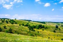 De zomer heuvelig terrein stock foto