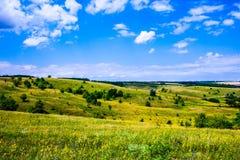 De zomer heuvelig terrein stock afbeelding